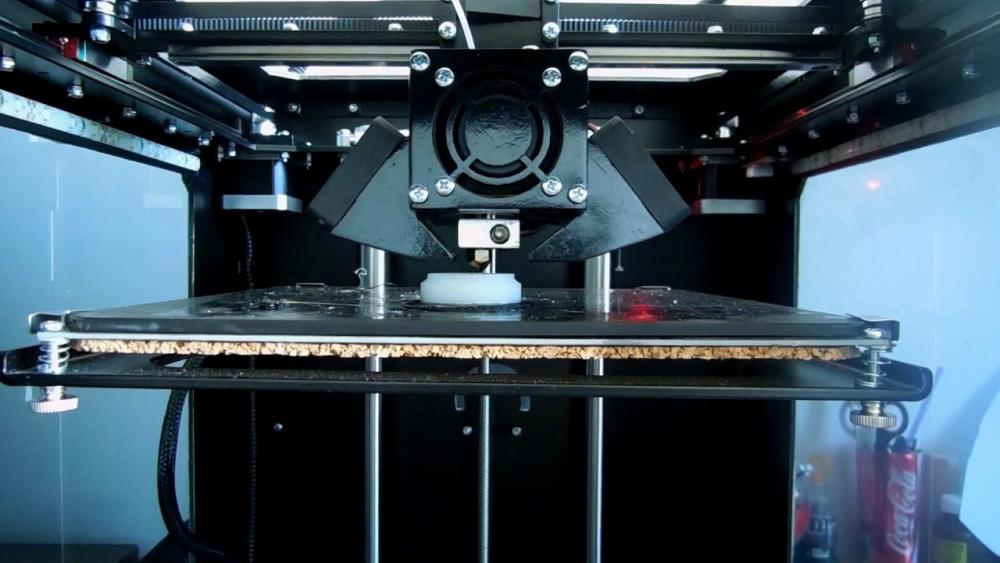 3D-принтер с закрытым корпусом печатает нейлоном