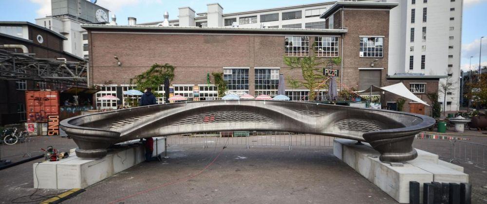 Изображение моста из металла, напечатанного MX3D в Амстредаме