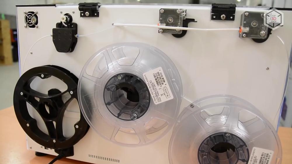 Катушки с пластиком и углеволокном размещаются снаружи, на задней стенке принтера
