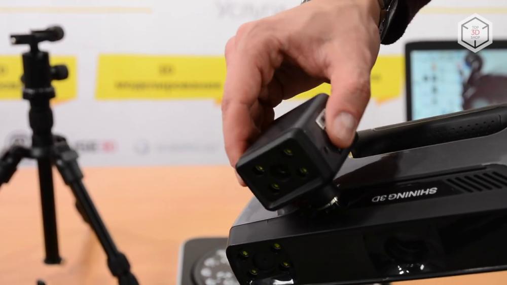 Дополнительная камера подключается к USB-разъему, который скрыт под декоративной заглушкой на боковой поверхности EinScan Pro 2X Plus