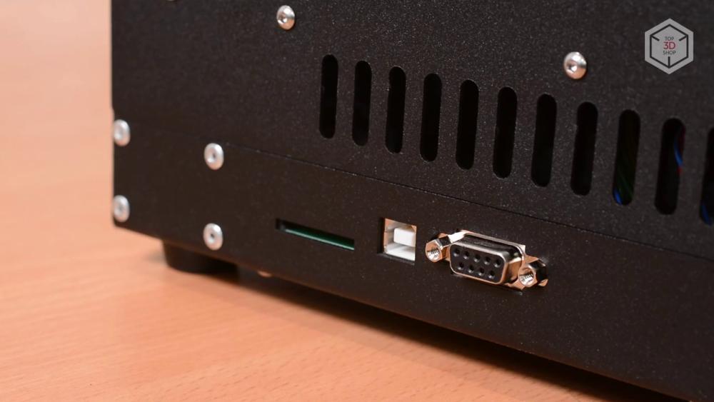 На левой панели внизу — слот под SD-карты, USB-порт и разъем для подключения дополнительных устройств